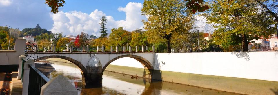Fermoso rio Liz, que entre arvoredos, Ides detendo as águas vagarosas, Até umas sobre outras de invejosas, Ficam cobrindo o vão destes penedos(…)   Francisco Rodrigues Lobo